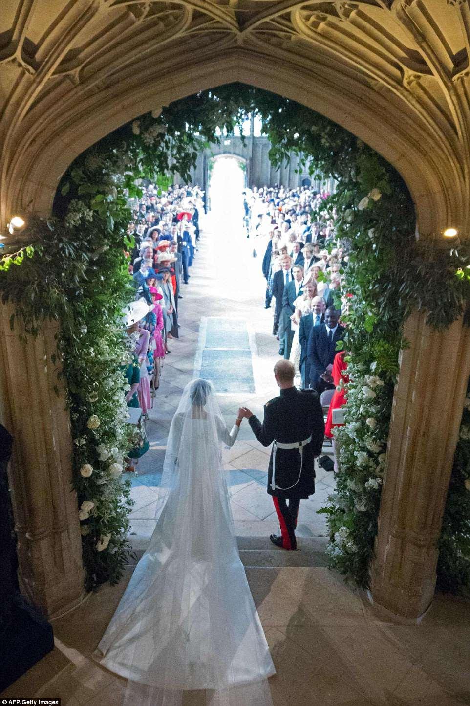 Meghan e Harry saem da capela depois de trocar votos em um casamento extraordinário