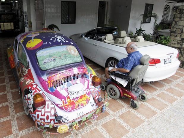 Dono chamou especialistas e mecânicos para ajudar na conversão (Foto: Daniel Becerril / Reuters)