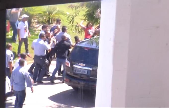 Após reunião com sindicatos, carro do governador do RN é atacado na saída do centro administrativo