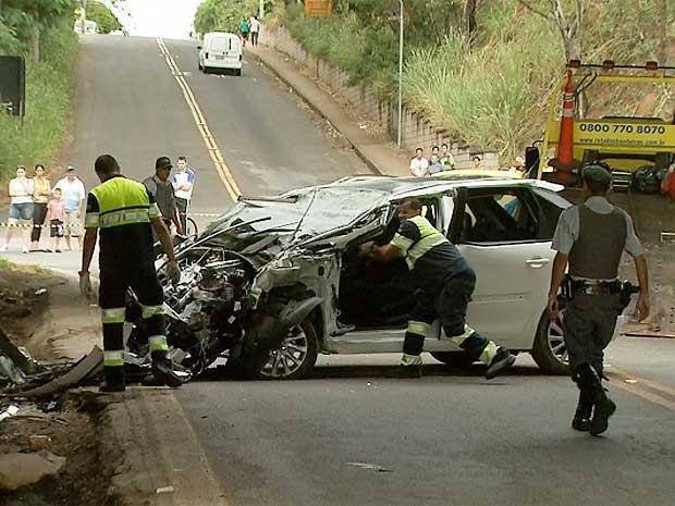 Carro invade canteiro da Rodovia Zeferino Vaz e cai em vão de viaduto em Campinas (SP) (Foto: Carlos Velardi/EPTV)