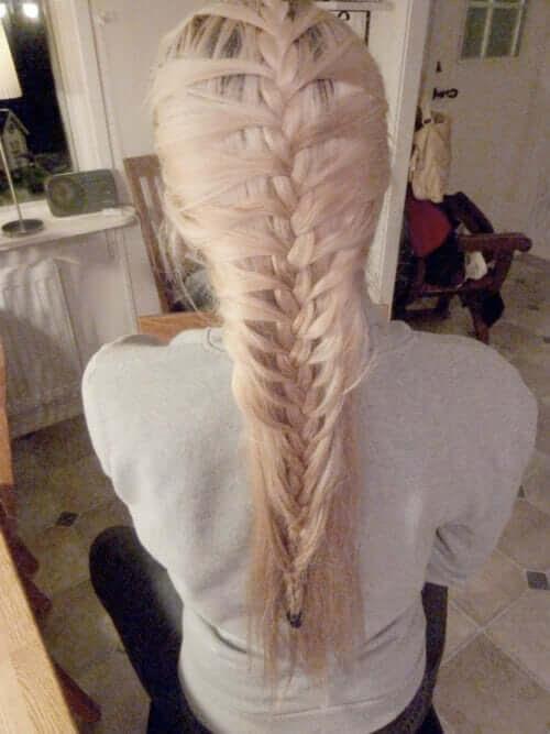 Wir bringen dir bei, wie du deine Haare flechten kannst