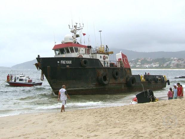 Rebocador encalhou na Praia de Itaipu, em Niterói (Foto: Reprodução/TV Globo)