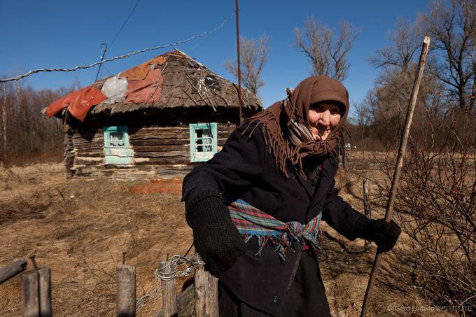 Eine 92-jährige Frau in ihrem Dorf in der Sperrzone