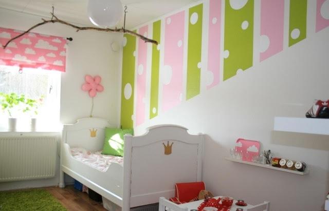 Nautische Kinderzimmergestaltung mit dunklem Holz und weißen Möbeln