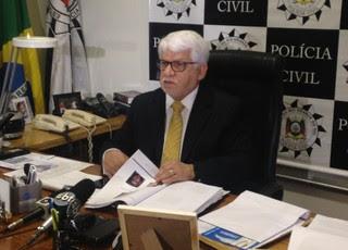 Delegado regional de Porto Alegre, Cleber Ferreira, posicionado para apresentar o inquérito à imprensa (Foto: Paula Menezes)