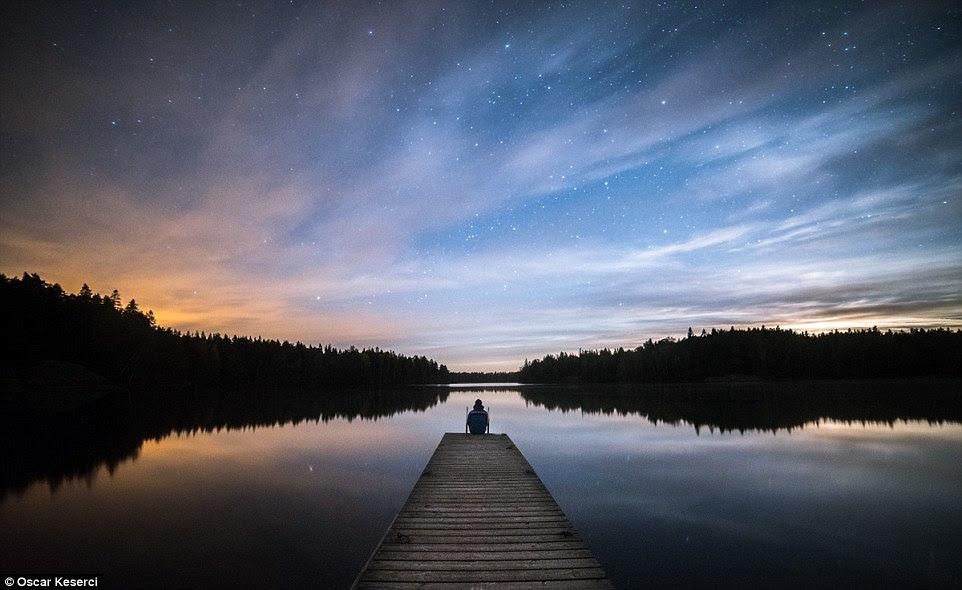"""Esta imagem crepuscular melancólica foi tomada Inkoo, Finlandia, e é chamada o cais dos sonhos.  Keserci disse à MailOnline: """"Principalmente, visitei os mesmos lugares repetidas vezes para conhecer melhor os lugares.  Embora eu use os mesmos lugares, a natureza sempre oferece possibilidades para diferentes tipos de imagens.  Eu nunca termino com as mesmas imagens '"""