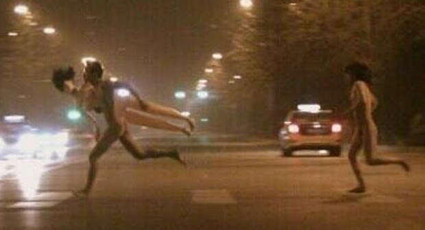 Casal foi visto correndo nu pelas ruas de Pequim, enquanto o homem segurava uma boneca inflável (Foto: Reprodução/Weibok/Xi'an)