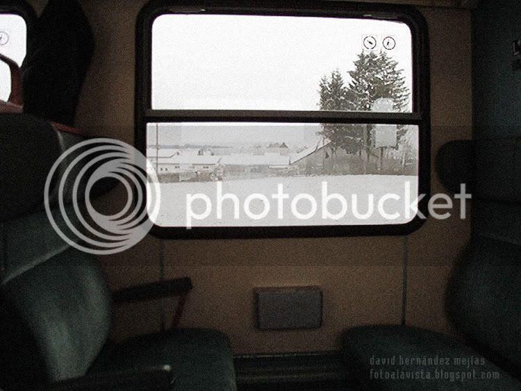 Fotografía de interior de vagón de tren en el viaje de Municht a Fussen (Alemania) con un precioso paisaje de fondo visto a través de la ventana