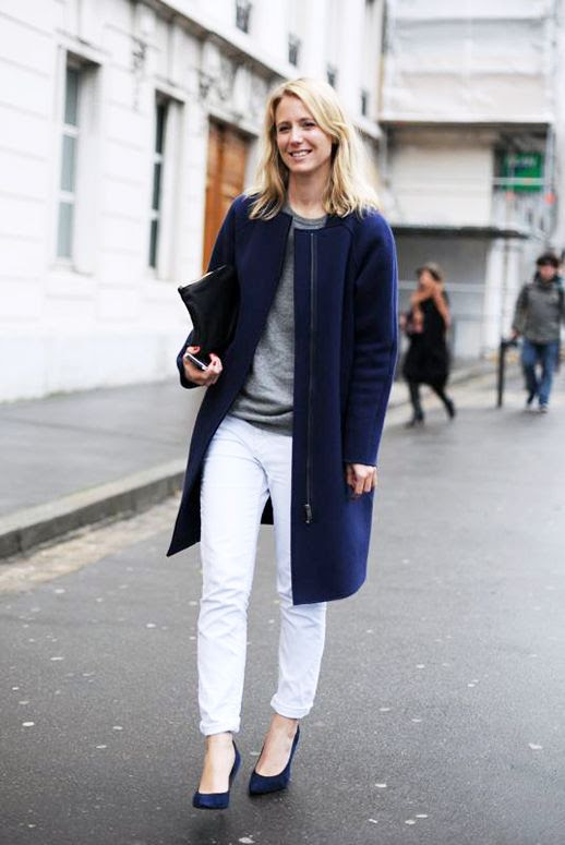 LE FASHION BLOG JENNIFER NEYT EASY CHIC IN BLUE VOGUE.FR VOGUE PARIS ONLINE EDITOR IN CHIEF COBALT BLUE COAT GRAY SWEATER WHITE BOYFRIEND JEANS DENIM BLUE SUEDE HEELS PUMPS BLACK CLUTCH FASHION WEEK STREET STYLE 2 photo LEFASHIONBLOGJENNIFERNEYTEASYCHICINBLUE2.jpg