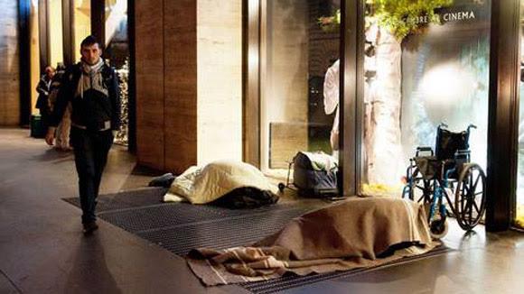 Dos personas sin techo pasan la noche en las calles romanas.