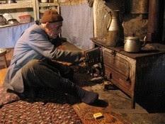ANTİKACI Genç adam, antika merakı sebebiyle Anadolu'nun en icra köşelerini dolaşıyor ve gözüne kestirdiği malları yok pahasına satın alarak yolunu buluyordu. Kış kıyamet demeden sürdürdüğü seyahatler sırasında başına gelmeyen kalmamış gibiydi. Fakat,...