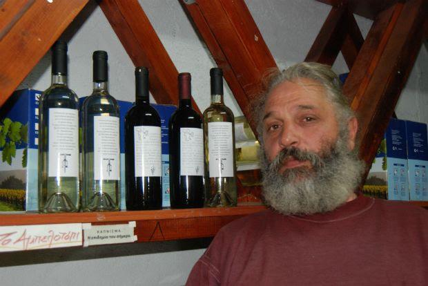 Λευκό, κόκκινο και ημίγλυκο μοσχάτο κρασί εμφιαλώνει και διαθέτει ο Χρήστος Εγγλέζος στην Καρδίτσα και την ποιότητά του εγγυάται η πολύχρονη πείρα της οικογένειάς Εγγλέζων / photo: Ηλίας Προβόπουλος