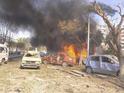 Veículos queimam após explosão no centro de Damasco, Síria. Um carro-bomba matou 53 pessoas e deixou 200 feridos na região central de Damasco, nesta quinta-feira, ao ser detonado em uma rua movimentada perto de escritórios do partido governista Baath e da embaixada da Rússia, disse a TV síria. 21/02/2013 Foto: Sana / Reuters