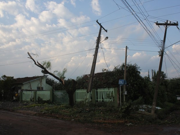 Segundo a Copel, cerca de 150 postes foram derrubados ou quebrados em Marechal Cândido Rondon (PR); mais de 14 mil imóveis ficaram sem energia na região (Foto: Prefeitura de Marechal Cândido Rondon / Divulgação)