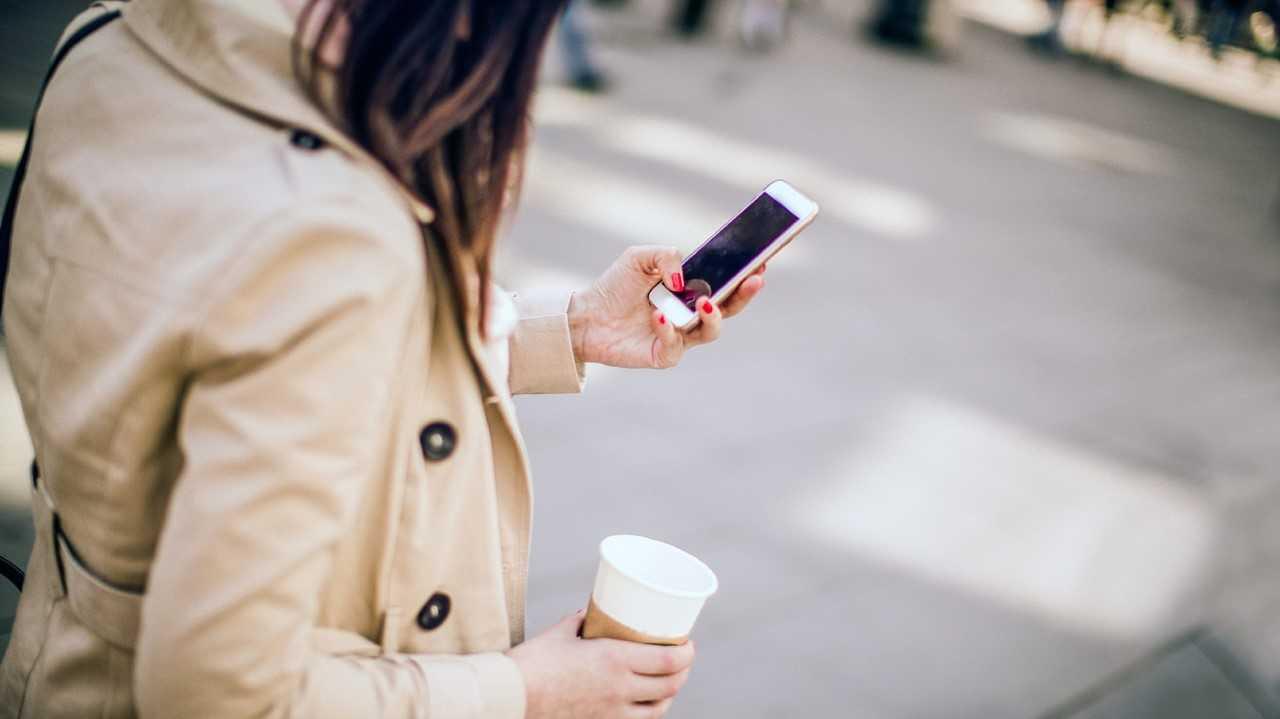 Οι πεζοί που χρησιμοποιούν κινητό περπατούν σαν… μεθυσμένοι