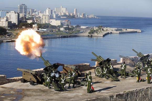 Ultima salva de artillería en La Habana. Foto Ricardo Mazalan/ AP