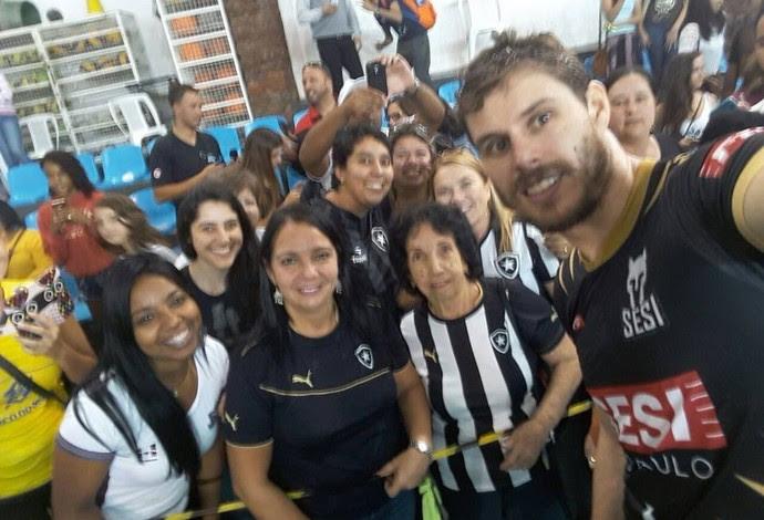 Bruninho levantador Sesi-SP carinho Botafogo (Foto: Bruno Rezende)