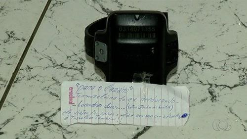 Tornozeleira eletrônica é deixada com bilhete em delegacia