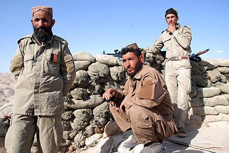 Algunos policías locales en un puesto de vigilancia en la provincia de Badghis. | Mònica Bernabé.