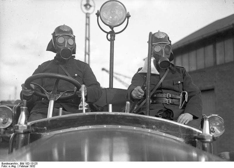 File:Bundesarchiv Bild 102-13125, Berlin, Rettungswagen der Feuerwehr.jpg