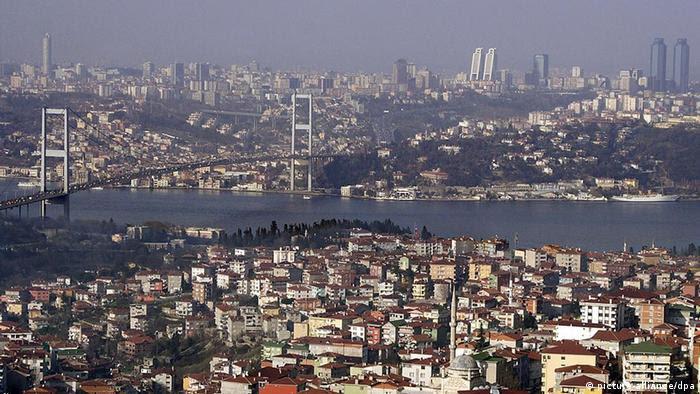 Türkei Istanbul Panorama über Bosporus (picture-alliance/dpa)