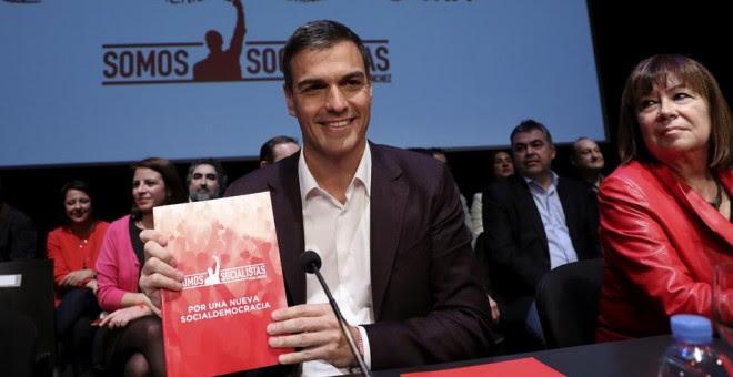 El candidato a la Secretaría General del PSOE, Pedro Sánchez, y la ex ministra de Medio Ambiente, Cristina Narbona, durante la presentación en el Círculo de Bellas Artes de Madrid del documento de su candidatura. EFE/Chema Moya