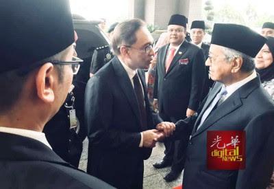 安华出狱后,与马哈迪在皇宫外的历史性握手。