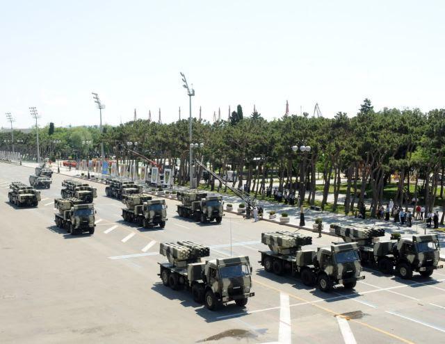 Las fuerzas armadas de Azerbaiyán compró cerca de 1.000 nuevos sistemas de artillería y de misiles en los últimos doce años. El fortalecimiento de las Fuerzas Armadas de Azerbaiyán de equipo militar con nuevos sistemas de artillería ocupa el primer lugar en la antigua Unión Soviética por sus capacidades.