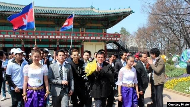 Cambodian workers in Seoul, South Korea, greet Mr. Kem Sokha, head the opposition Human Rights Party, during his visit there in late March 2013 to garner support ahead of the upcoming national elections. (Courtesy of Touch Vibol)
