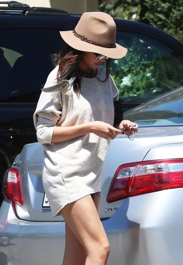 Selena Gomez long legs show -06