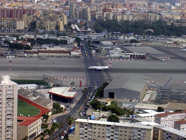 Aeroporto de Gibraltar: Avenida cruza pista dos aviões [Foto: kimhollingshead - CC BY-NC-SA 2.0]