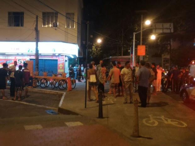 Local, cercado de bares, estava movimentado quando motociclista passou atirando contra a vítima (Foto: Emiliano Tolívia/Globoesporte.com)