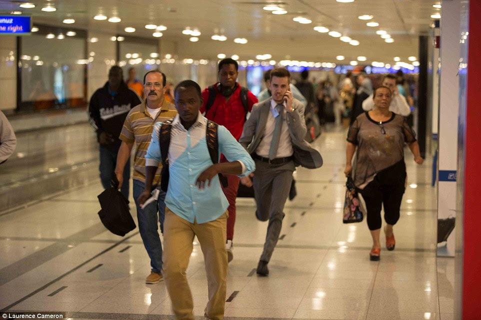 As pessoas que haviam acabado de chegar no aeroporto de Istambul após as explosões foram fotografados em execução enquanto tentavam fugir do local