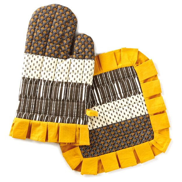 Gold Berry Ruffled Pot Holder/Oven Mitt Set