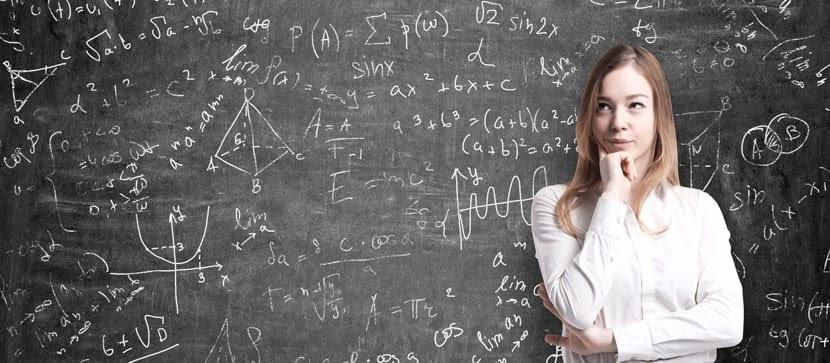 chica pensando en matemáticas