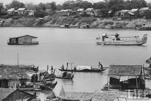 Evacuation of Vietnamese - village near Pnompenh. April 1970 (5)