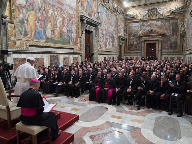 Papa Francisco participa de audiência com missionários confessores nesta terça-feira (9)  (Foto: Osservatore Romano/AFP)