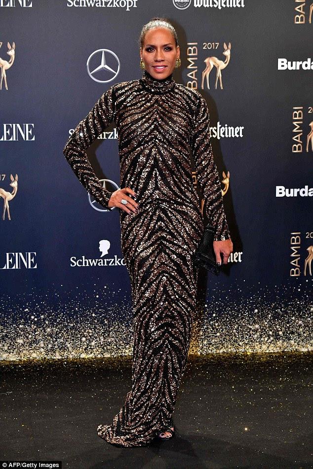 Tudo isso brilha!  A ex designer alemã de Boris Becker, Barbara Becker, parecia selvagem com um vestido preto e dourado