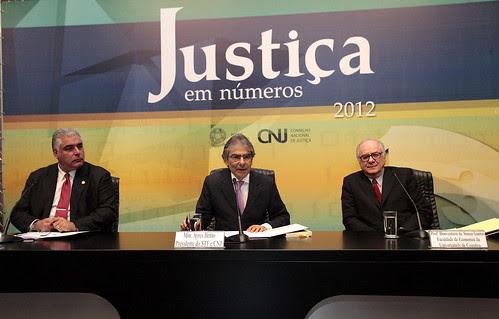 Sociólogo defende responsabilidade dos tribunais sobre a democracia