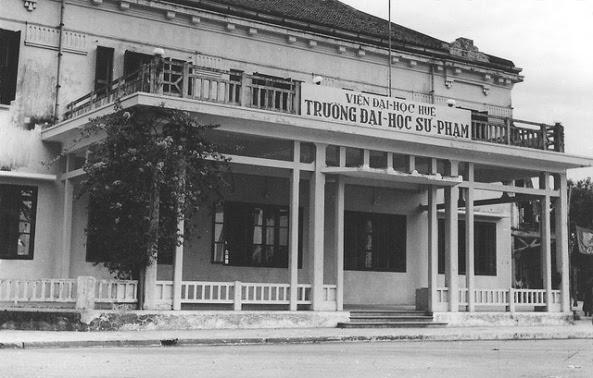Trường ĐH Sư Phạm thuộc Viện ĐH Huế.  Tòa nhà này thời Pháp là KS Morin Frères