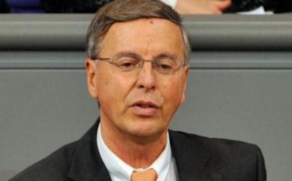 Γερμανός βουλευτής παραιτείται διαμαρτυρόμενος για τη διασωση της Ελλάδας