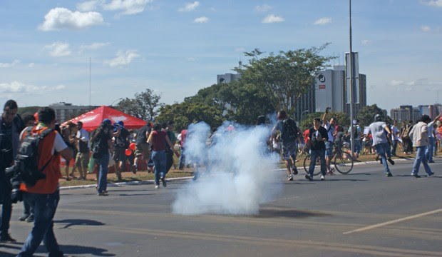 Fumaça de bomba de gás lacrimogênio que explodiu entre manifestantes (Foto: Vianey Bentes / TV Globo)