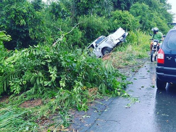 O casal estava indo para Nova Mamoré, quando perdeu o controle do veículo e capotou. (Foto: Adriano Inácio / Site Rota Mamoré)