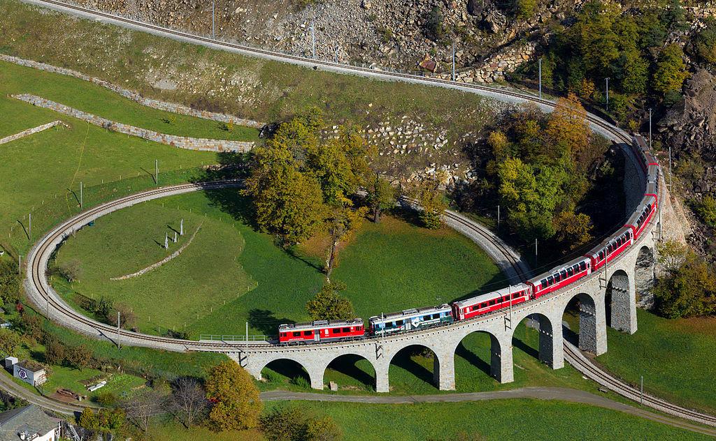 Viaduto ferroviário em espiral Brusio na Suíça 01