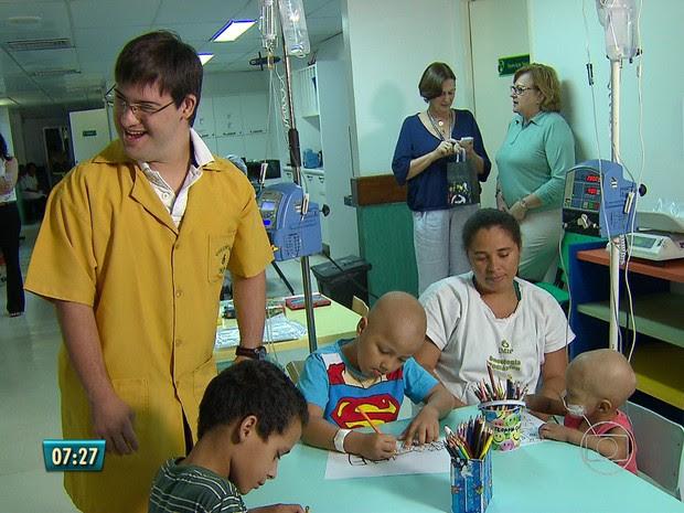 Felipe é o primeiro voluntário com Síndrome de Down que o Imip recebe (Foto: Reprodução/TV Globo)
