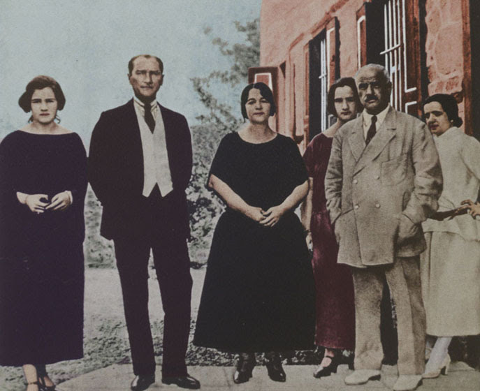 Dosya:MustafaKemalPasha&LatifeHanim&Family early1923.jpg