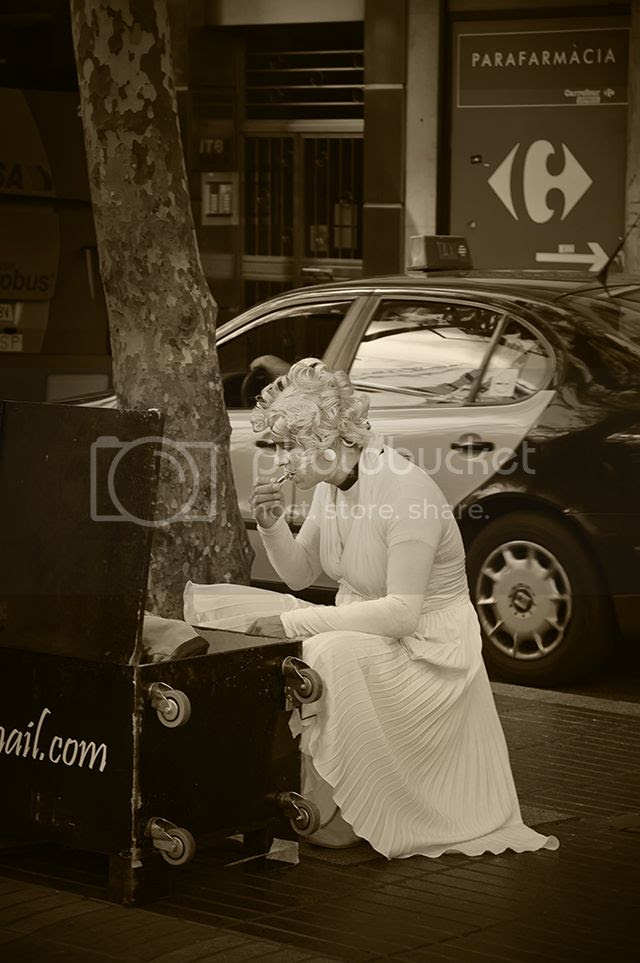 Marilyn Monroe Human Statue, Las Ramblas, Barcelona, Spain [enlarge]