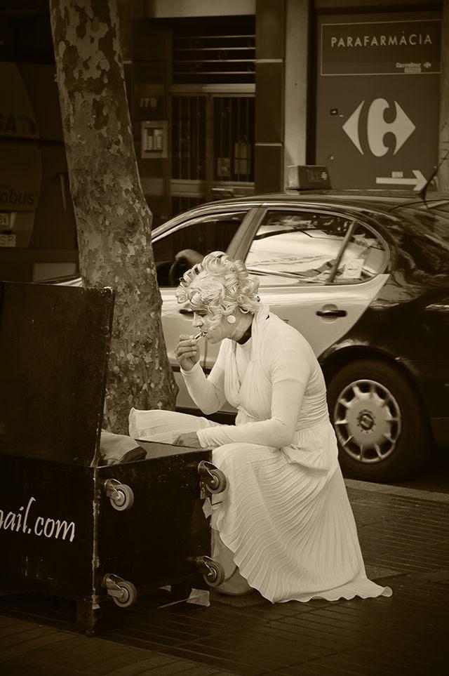 Marilyn Monroe Human Statue, Las Ramblas, Barcelona, Spain [enlarge]