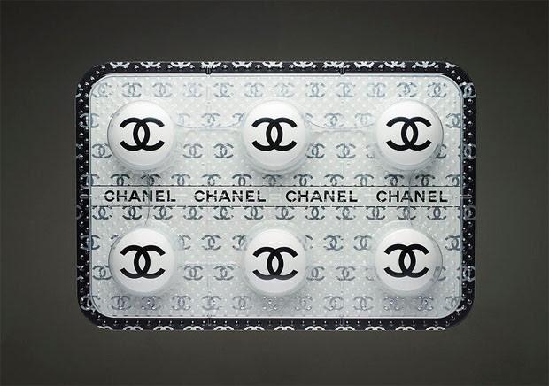 """Artista Johnathan Paul cria remédio anti-consumismo. Aqui, a para as  """"Chanel addicteds"""" (Foto: Reprodução)"""
