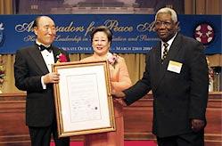 """Д-р Мун получава почетната награда """"Корона на мира""""."""